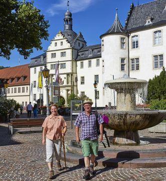Residenzschloss Mergentheim, Wanderer am Schloss